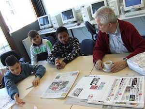 Groep 6 van De Kameleon interviewt de lezersredacteur van de krant
