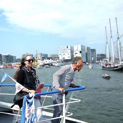 Dichter bij Sail, voorlezen vanaf het bovendek - foto: Irene Dekkers