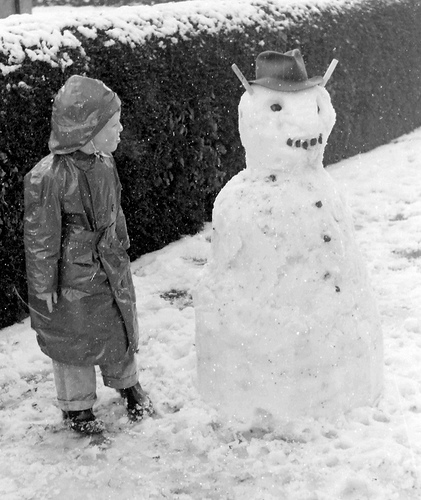 Jongetje met sneeuwpop (foto: TheirHistory / Philip Howard @ Flickr, CC by-nc-sa)