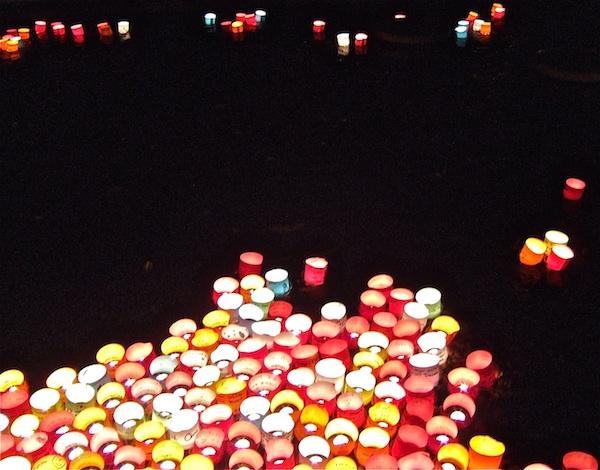 Gedachtenislichtjes op de vijver - foto: © Judy Elfferich