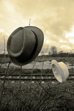 aangewaaide hoeden bij spoorweg