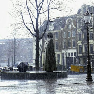 het Spinoza-monument aan de Amstel, in de regen - foto: © Philip Edmond van Waesberge